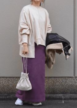 白スニーカー×アシメトレーナー×ロングタイトスカート