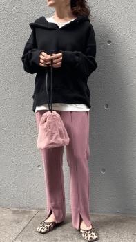 黒のパーカー×ピンクのスリットパンツ×レオパードシューズ
