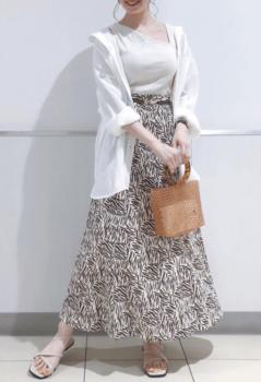白シャツ×ワンショルダートップス×花柄のロングフレアスカート×サンダル