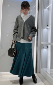 白シャツ×グレーのニット×グリーンのロングスカート×黒のブーツ