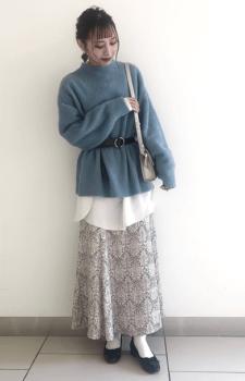 白シャツ×ブルーのタートルネックニット×花柄のロングタイトスカート×パンプス