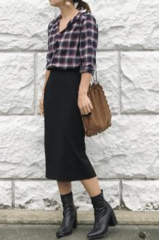 チェックブラウス×黒のタイトスカート×黒ブーツ