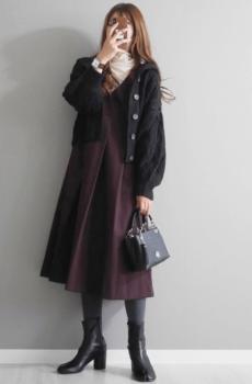 黒のカーディガン×白のタートルネック×ワインレッドのワンピース×ロング足袋ブーツ