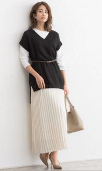 ロング丈の黒のVネックニットベスト×ロンT×プリーツスカート