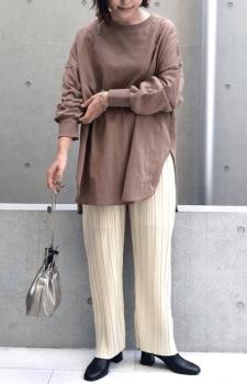 アイボリーのプリーツパンツ×ロンTシャツ×ブーツ