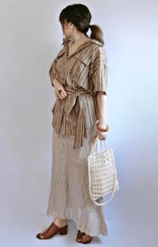 ストライプシャツ×透かし編みスカート×サンダル