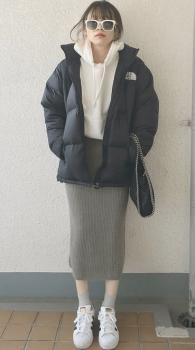 白スニーカー×白パーカー×ダウンジャケット×タイトスカート