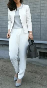 白のノーカラージャケット×グレーのインナー×グレーのパンプス×黒バッグ