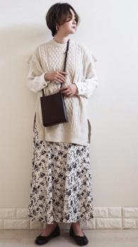 アイボリーのロングニットベスト×シャツ×花柄スカート