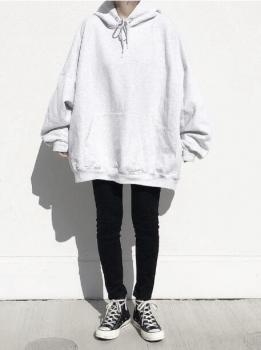 オーバーサイズの白のパーカー×黒のスキニーパンツ