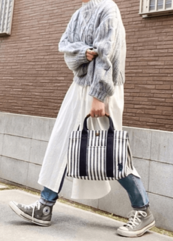 ライトグレーニット×白のシャツワンピース×デニムパンツ×ストライプバッグ