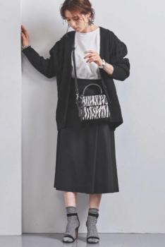 黒のカーディガン×白のTシャツ×黒のロングスカート