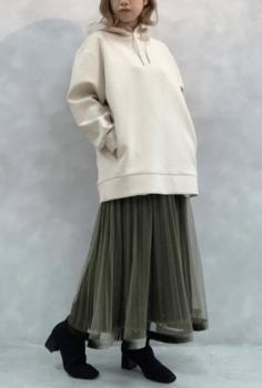 グリーンのチュールスカート×白パーカー×黒のブーツ