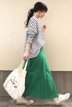 緑のフレアスカート×ボーダー×白のスニーカー×トートバッグ