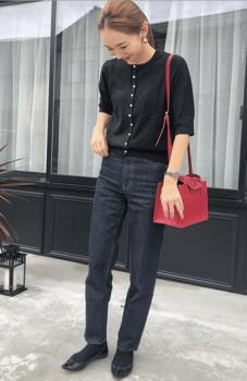 黒のカーディガン×インディゴデニム×ピンクのバッグ