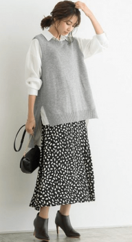 グレーのニットベスト×シャツ×花柄スカート
