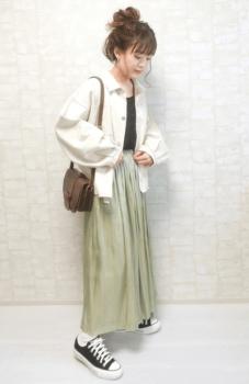 サテン調のグリーンのチュールスカート×ジャケット×黒のキャミソール