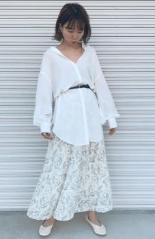 白シャツ×総柄のロングスカート×白のパンプス