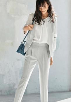 白のジャケット×白のブラウス×ブルー系バッグ
