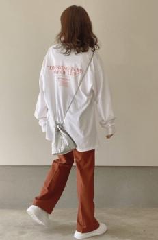 白スニーカー×ロンTシャツ×ブラウンパンツ