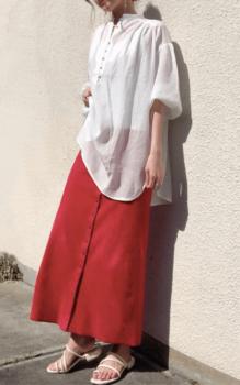 白のシャツ×赤のロングフレアスカート×サンダル