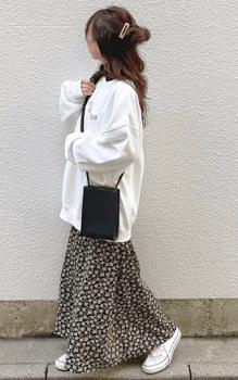 白スニーカー×白のトレーナー×花柄スカート