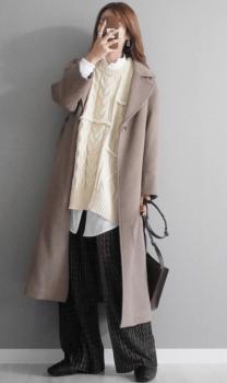 黒のプリーツスカート×ロングシャツ×ニットベスト×ロングコート