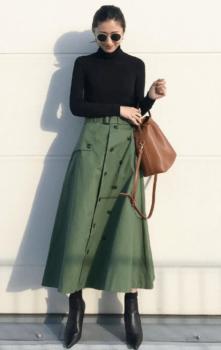緑のフレアスカート×黒のリブニット×黒のブーツ