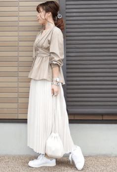 ベージュのブラウス×白のプリーツスカート×白スニーカー
