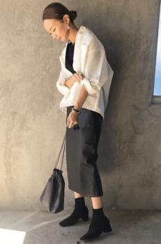 白シャツ×黒のカットソー×グレーのタイトスカート×黒のブーツ
