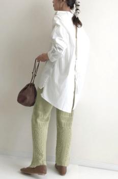 白シャツ×ニットの透かし編みパンツ×パンプス