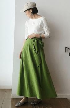 緑のフレアスカート×白のロンTシャツ×パンプス×キャップ