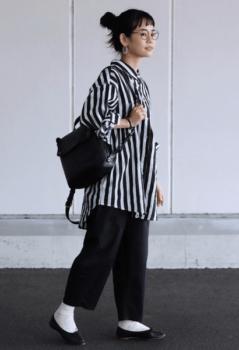 ストライプシャツ×黒のワイドパンツ×黒のパンプス×白ソックス