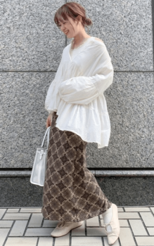 白のブラウス×総柄のロングスカート×白のスニーカー