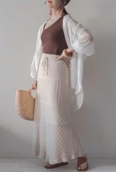白シャツ×キャミソール×ニットタイトスカート×サンダル