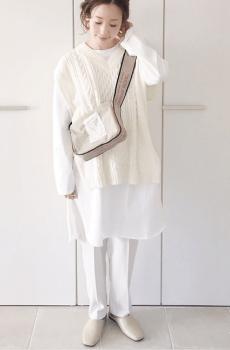 ホワイトのVネックケーブル編みニットベスト×ロンTシャツ×テーパードパンツ