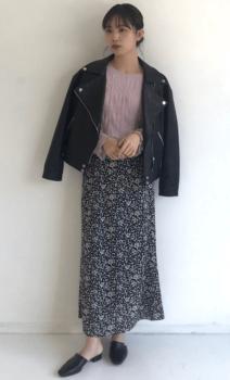 ピンクのブラウス×黒のレザージャケット×花柄スカート