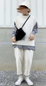ギンガムチェックシャツ×白のニットベスト×白のパンツ×白スニーカー