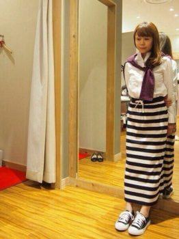 白シャツ×カーディガン×ロング・マキシ丈スカートのコーデ