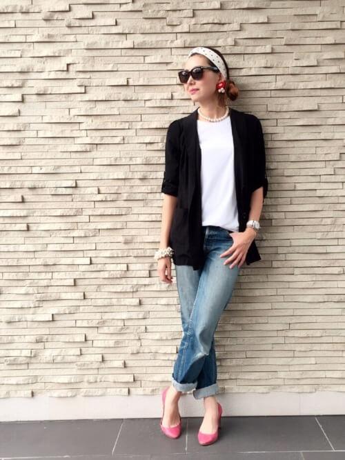 白のTシャツ×デニム×ピンクのパンプス×サマージャケットのコーデ