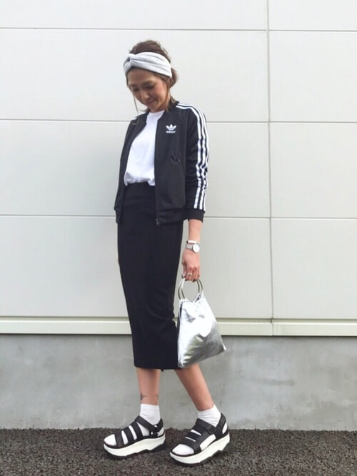 オーバーサイズのTシャツ×トラックジャケット×タイトスカートを合わせたスポーツミックスのコーデ方法