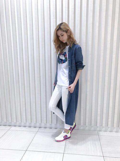 アトランティックスターズのスニーカー×ロゴTシャツ×白のデニム×ロングデニムシャツ