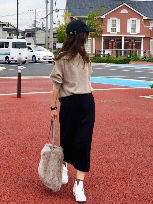 ベージュの靴下×白のハイカットスニーカー×黒のタイトスカート×ベージュニット