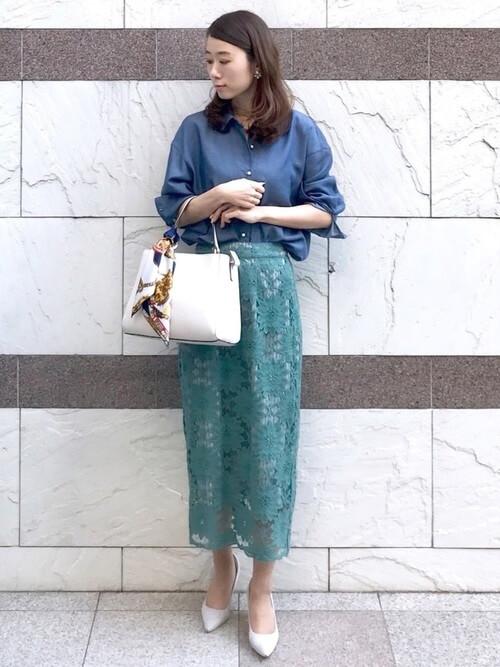 レーススカート×デニムシャツ×グレーのパンプス×スカーフ+バッグ