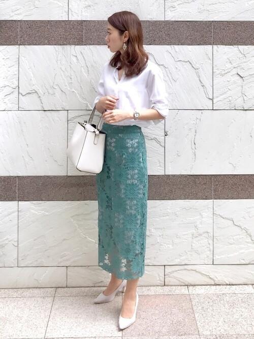 レーススカート×白のシャツ×グレーのパンプス×白のショルダーバッグ