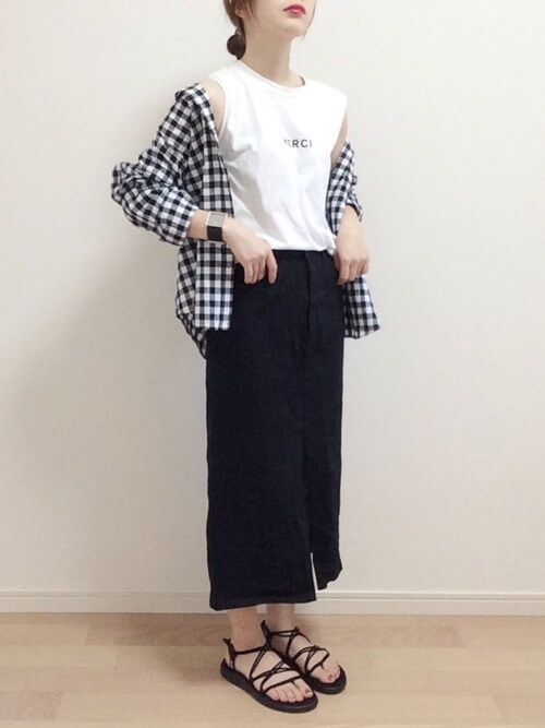ブラックデニム×白のノースリーブ×ギンガムチェックシャツ×サンダル