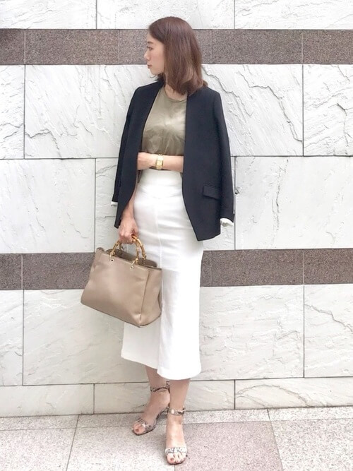 ネイビーのジャケット×カーキのカットソー×白のタイトスカート×バイソン柄のパンプス