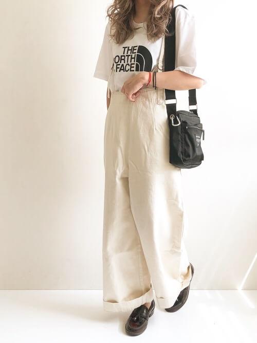 白のワイドデニム×ブランドロゴTシャツ×黒の革靴×黒のバッグ