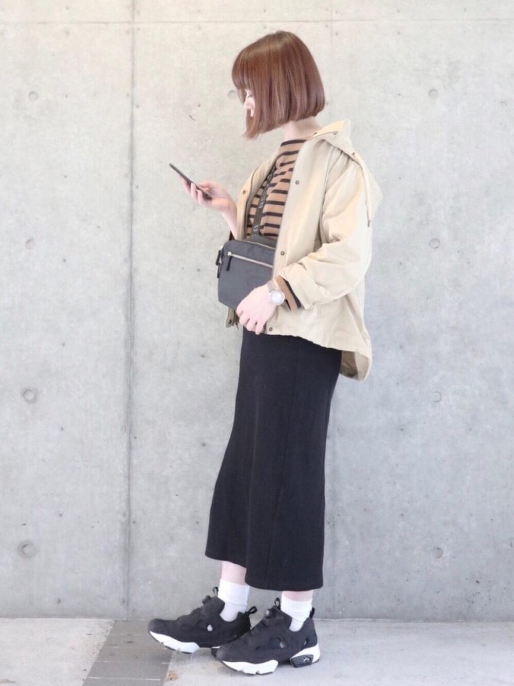 ポンプフューリー×ベージュのマウンテンパーカー×ボーダー柄の長袖カットソー×黒のタイトロングスカート