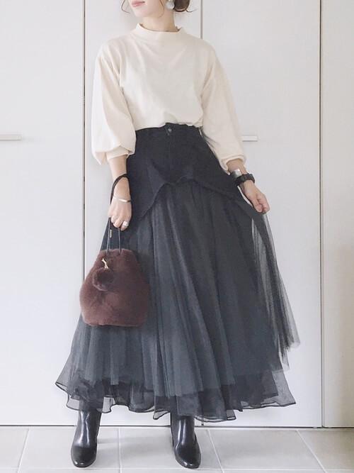 ブラックデニム×ベージュのボリューム袖ニット×黒のブーツ×ファーバッグ